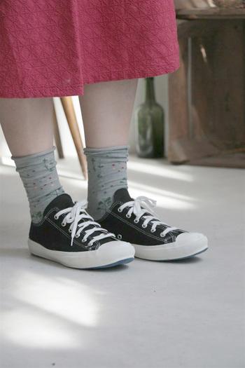 スニーカーといえば靴下が欠かせません。初夏~夏は野外のイベントも多く、アクティブに行動する方はスニーカーの出番も多いのでは?いつものスニーカーも靴下の合わせ方によって表情が全然違ってくるはず。