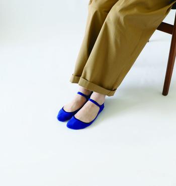 こちらの青いパンプスは・・と言いたいところですが、コレ実はカバーソックスなんです。カバーソックスってどうしても歩いているうちに靴の中で脱げてしまうことも多いですが、こちらは足首のところにストラップがついているので脱げにくいのだそう。鮮やかな青いストラップはコーデのアクセントカラーにもなりますね。
