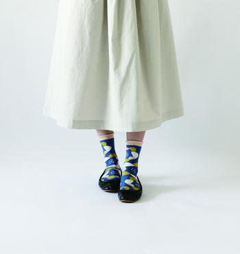 靴下が主役!になりそうな柄ものソックスはシンプルコーデのアクセントとして取り入れてもいいかも。ブラックのパンプスにホワイトのミディスカートといったベーシックなアイテムに、こんな靴下を足すだけでがらりと雰囲気を変えられますね。