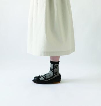初夏の靴下コーデ集はいかがでしたでしょうか?まずは手持ちの靴を並べてみてどんな靴下と合うのかをウォッチングしてみるのも楽しいかも。靴下屋さんはもちろんのこと、お洋服屋さんでもアクセサリーやバッグなどと一緒に旬な靴下も並んでますよ。たまには洋服だけではなく靴下にも目を向けてより自分らしいファッションを楽しんじゃいましょう♪