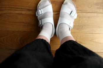 ここ数年流行中の『コンフォートサンダル』と呼ばれるフラットなサンダル×靴下のコーデもまだまだ人気ですね。そこで、サンダルに合わせるのにおすすめなのが、シルク素材の薄手の靴下。コットンと違ってムレにくく、肌触りが良く乾燥肌にも優しいのが嬉しいポイントです。
