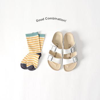 暑い夏になると履きたくなるサンダルですが、まだちょっと早いかな?と思われるような初夏シーズンでも、靴下と合わせればガンガン履けちゃいます。まだフットケアやペディキュアのお手入れができてない!という時も靴下が味方になってくれます。