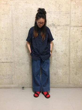 シンプルなブラックのサンダルも赤い靴下を履くとガラリと印象が変わります。カラフルなサンダルは買っても使いこなせないような気がしますが、靴下なら手軽にカラー違いで揃えることができるので、アレンジが楽しめますね。