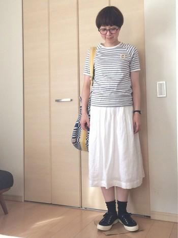 爽やかなモノトーン系のTシャツコーデも足元が黒のスニーカー×黒の靴下だと、より引き締まった印象になります。