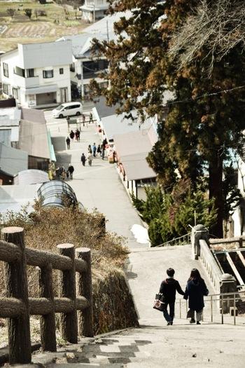 飯盛山へ行くと山頂まで183段の長い石段に驚かされます。有料のスロープコンベアもありますので、山頂まで楽々行くことも可能です。