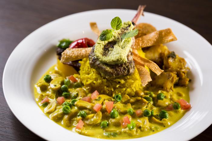 スリランカはカレーが有名!スリランカカレーの特徴は、プレートに乗った具材を惜しげも無く全部混ぜていただくこと!それぞれ頂いてもスパイシーで美味しいのですが、混ぜることで味が調和され芳醇な奥深い美味しさを与えてくれますよ。いつものカレーに飽きたらスリランカ料理、是非堪能してみてくださいね。