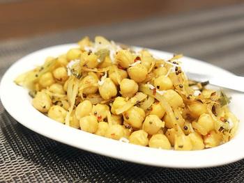ひよこ豆をココナッツやたくさんのスパイスで炒めた「カダーラ」という前菜はおつまみとして最高。ホクホクしたひよこ豆の新しい魅力を引き出してくれています。