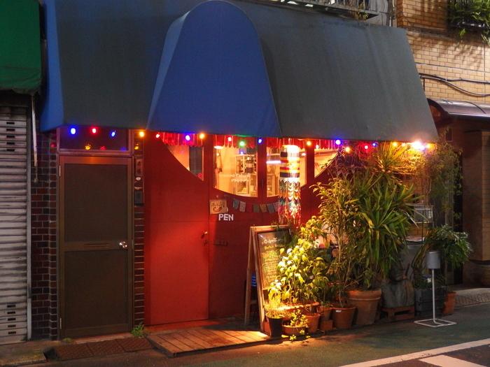 ほほえみの国と言われている「ブータン」。優しい印象があるブータンですが、唐辛子がほぼ毎日食卓に並び、世界一辛い料理とも言われているんです。代々木上原にある深紅の壁と青い屋根が印象的で可愛らしい外観の「ガテモタブン」は辛いだけではなく優しいブータンのお料理を提供してくれる素敵なお店です。