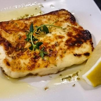 火を通しても伸びない不思議な「ハルミチーズ」。食感もぎゅっぎゅっといった感じで面白い。オリーブオイルがたっぷりかかって新しい食感とお味を体験できますよ。