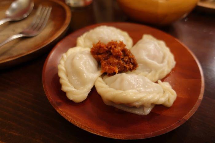 日本の餃子に比べてもっちりした皮で包まれたブータンの蒸餃子「モモ」。一口食べると肉汁が溢れとってもジューシー。モモ自体は辛くありませんが唐辛子味噌的なペーストが肉汁と合わさるとなんとも言えない癖になる辛さを味わわせてくれます。