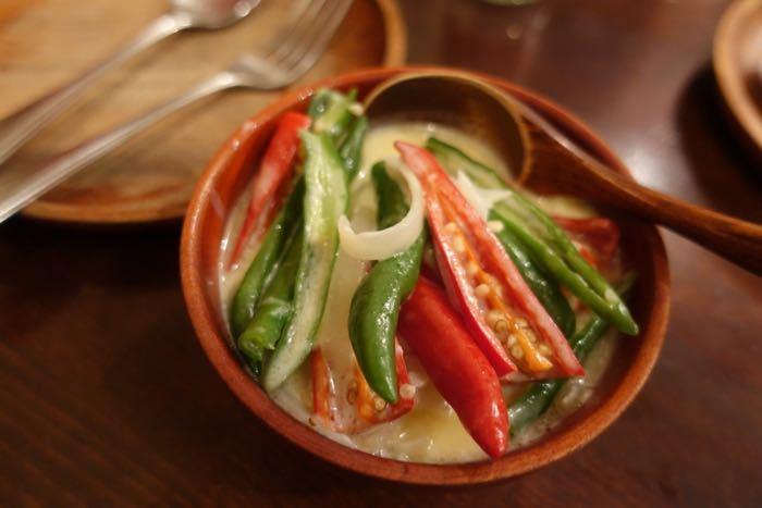 ブータンのもう一つの名物がチーズ。まろやかなチーズベースのスープに絡めてあるのが唐辛子!これは「エマダツィ」という料理で日本人の舌に合うように作られていますが食べるとやっぱり辛い。しかし、チーズのコクと相まって辛さとチーズのコラボレーションが新鮮で癖になる美味しさです。ブータンは山岳地帯のため唐辛子を野菜の代わりとして頂くそうです。汗をかきながら頂くホットなブータン料理、是非堪能してみてくださいね。癖になりますよ。