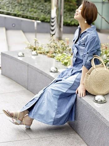 大人っぽいデニムワンピースの着こなしに、まあるいラウンド型のかごバッグが可愛らしいポイントに。大人っぽいスタイルにもかごバッグは◎。