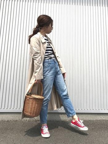 定番アイテムを合わせた大人カジュアルファッションに、バケツ型の可愛らしいかごバッグを合わせて。赤いスニーカーがポイントのカジュアルなスタイルにも、ナチュラルなかごバッグは馴染みます。
