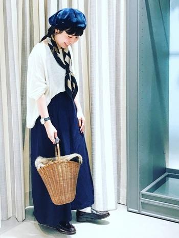 ブルー×ホワイトが爽やかでとてもオシャレな着こなし。バケツ型かごバッグで季節感を取り入れて。小物使いもとても上手で参考になりますね。