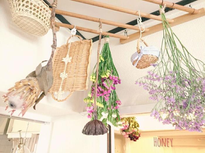 ドライフラワーと一緒にナチュラルなカゴも一緒に吊るした上級テクニック!お花と雑貨がしっくり馴染んで、まるで雑貨屋さんのようですね。
