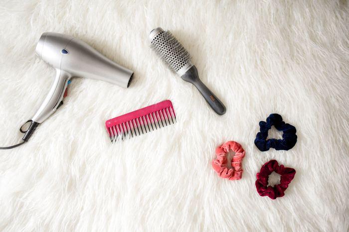 夜髪を洗った後、毎日きちんと乾かしてから寝ていますか?髪を乾かさずにそのまま寝てしまうと、キューティクルがダメージを受け髪が傷む原因になってしまいます…。基本の髪の乾かし方のポイントをご紹介します。