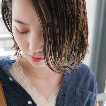 髪は手先を使って洗うという方がほとんどだと思いますが、専用ブラシを使ってみませんか?シャンプーブラシやスカルプブラシを使うと、指だけではなかなか落ちにくい頭皮の汚れをきちんと落とし、サラサラの艶髪へと導いてくれます。また、ブラシで頭皮を刺激することでマッサージ効果もあり、血流もよくなります◎