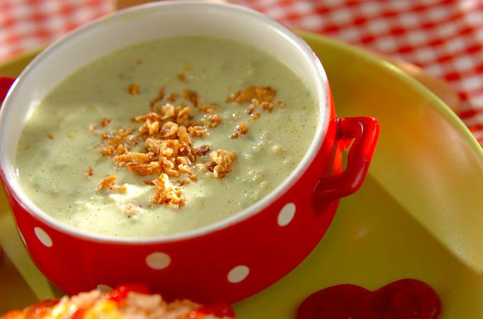 アボカドのポタージュ。クリームコーンを合わせてあるので、アボカドだけとはひと味ちがったコクのあるスープが楽しめます。アクセントにフライドオニオンを添えて。