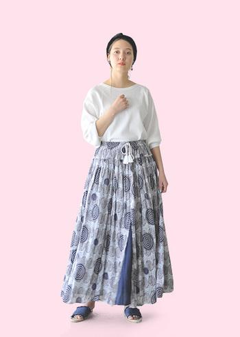 これからの季節にぴったりなエアリーなマキシ丈スカート。その爽やかな雰囲気をそのまま大事にしたいから、トップスにクリーンな白をセレクト。清涼感のあるリラックススタイルの完成です。