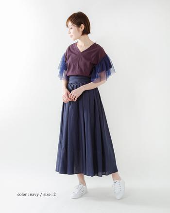 やや透け感がある生地とAラインのシルエットが、女性らしく柔らかな印象を与えるマキシスカート。ポイントはウエストのデザイン。生地を巻き付けたかのようなデザインが目を惹きます。ドレッシーな雰囲気できれいにまとめてもいいけれど、敢えてスニーカーで外してみるというのも洒落ていますよ。