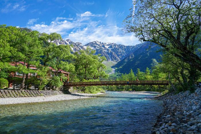 梓川クランクと呼ばれる梓川の清流に添った道を歩くと、河童橋が見えてきます。大正池から河童橋までおよそ1時間半、遠くに見える山の連なりと、透き通るほどの美しい水流を楽しめる手軽なハイキングコースです。*河童橋の付近には野生のサルがいることが多いですが、エサをあげるのはNG。マナーを守って楽しみましょう。