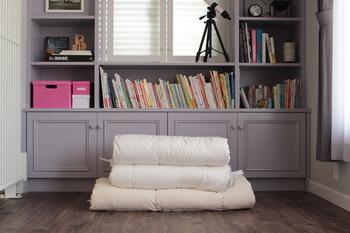 お客様が帰った後は、布団の収納。布団はスペースを取るので、しまう場所に困る…なんて方も多いのではないでしょうか。そこで、ブロガーさんが、実際に実践している布団の収納アイデアをいくつかご紹介したいと思います! まずは、布団を重ねて置きます。