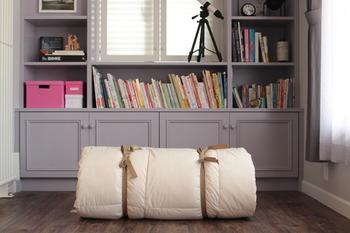 布団は、きっちり重ねて巻いて行き、紐で2ヶ所縛ります。