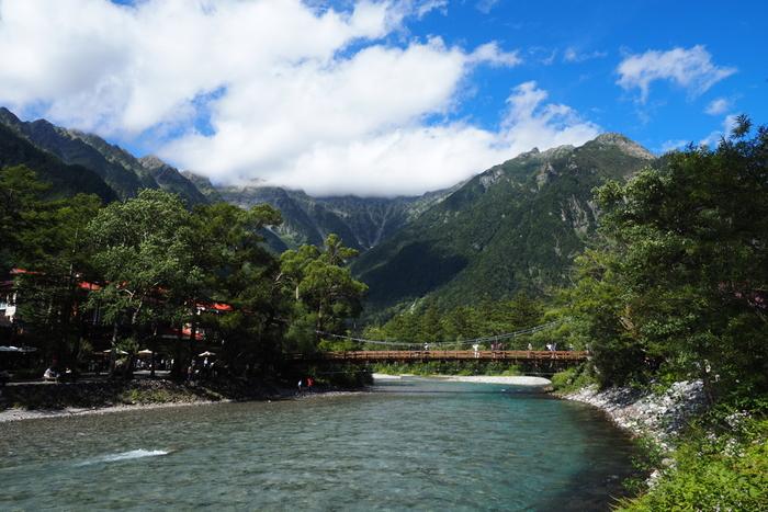 日本有数の山岳リゾート・上高地。梓川に架かる橋「河童橋」から猛々しい穂高連峰(ほたかれんぽう)の眺望を望む、日本を代表する観光地です。河童橋周辺にはホテルやレストランが充実しており、日本国内だけでなく外国からも多くの観光客が訪れます。 槍ヶ岳や穂高岳への登山口として利用する登山客や、キャンパーなども訪れ、高原サイクリングや満点の星空鑑賞など色々な楽しみ方ができるのも上高地の魅力のひとつ。