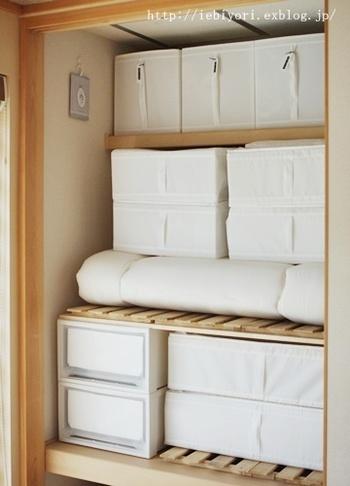 普段は、家族と来客用の布団の収納に使っているそうです。コンパクトに折り畳んで収納でき、カラーも統一されているので、見た目がスッキリと美しくまとまります。これなら、急なお泊りにも対応出来そうですね。