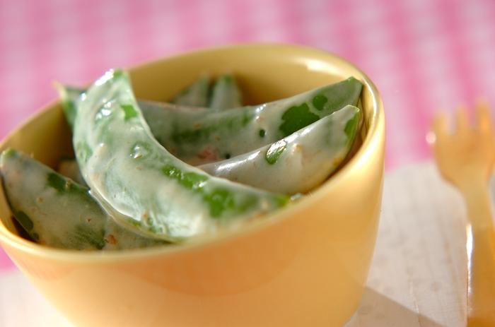 梅マヨソースで和えたシンプルなスナップえんどうの副菜です。梅マヨソースはゆで野菜にとてもよく合うソースなので、基本のレシピを覚えておくといろいろなものに展開することができます。