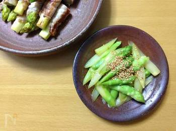 塩、しょうゆ、ごま油とごまだけで味付けをした、とてもシンプルなナムルです。お野菜はナムルにしておくと、お弁当の隅にささっと詰めることもできるので便利ですね。