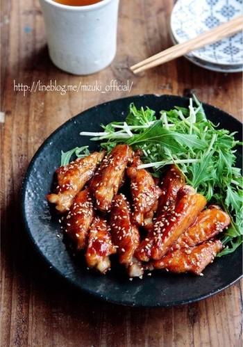 さっぱり味に仕上がることの多いぽん酢を使った料理ですが、照り焼きにすることでこってり味にも。手羽中の他にも魚や他のお肉でアレンジできる、覚えておきたいレシピです。