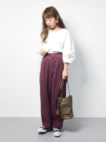 口を開いて使うとぐっと上品なイメージに変わります。パンツにもスカートにもよく合うほどよいサイズ感がたまりません。