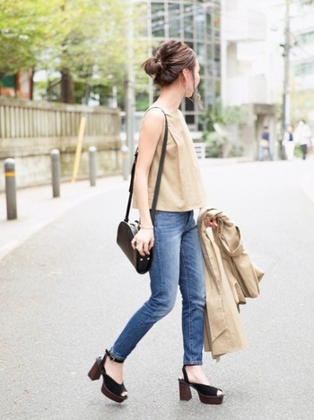 短め丈のトップスとのバランスが絶妙な爽やかコーデ。靴とバッグで黒にして、全身をきゅっと引き締めています。