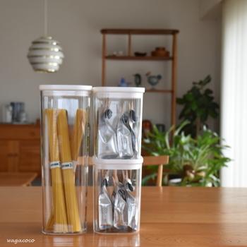 同じように、パッケージがバラバラ感が気になるのがキッチンの保存食品系。パスタやお茶も、同じ種類の保存容器に揃え詰め替えるとすっきりします。