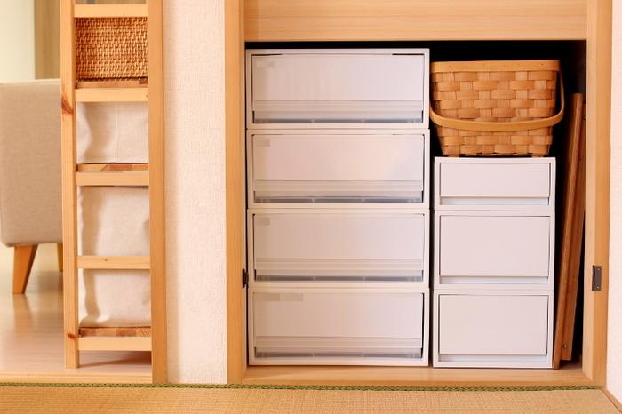 押入れの下段にも、かたちと色を揃えた収納引き出しを。見た目もシンプルで、生活感が出やすい場所もすっきりとした印象に。