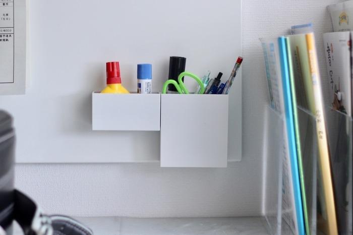 続いての収納のヒントは、「吊るす・壁面を利用する」ことです。こんな風にマグネットボードを使って、よく使う文具などをひとまとめにしたり、バーとフックを使って吊るす収納にしたり、壁面をどんどん活用してみましょう。床や机の上にモノがあふれることがなくなるので、いつもすっきりキレイな状態をキープすることができますよ!
