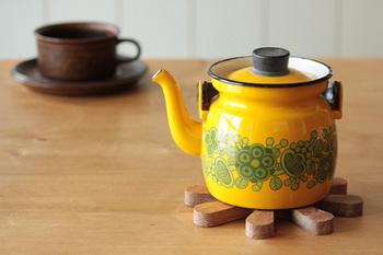 木、鋳鉄、真鍮、ステンレス、布、フェルト、ワラ、い草など素材によって表情が異なる鍋敷き。お家のインテリアに合わせたり、季節に合わせたり、用途に合わせたり、いくつあっても便利なアイテムです。気になるアイテムを見つけたらリンク先を訪れてみてください。思わずいくつも揃えたくなるような、便利でインテリア性も◎の鍋敷きに出会えるかも。