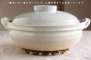 例えば一番直径が大きい「銀河」は、空いた穴が熱を逃がしやすいデザインになっているので、食卓の中央に置いて、土鍋などを載せるのに適しています。