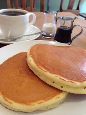 銅板でじっくり焼き上げるホットケーキは、トッピングなどはシンプルながら、しっとりなつかしい味で絶品との評判。コーヒーとの相性もばっちりです♪