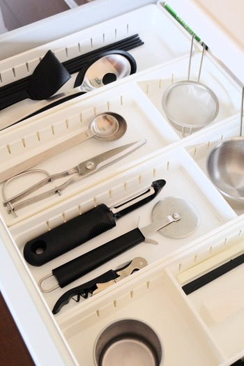 キッチンツールに鍋やフライパン、食器やクロスなど、とにかくモノが多いキッチン。収納にお困りの方も多いかもしれませんね。キッチンの引き出しを整理する手順は、次の3ステップが基本です。  ①一群と二軍を分ける ②引き出しの中を仕切る ③立てる・並べる収納で見える化  よく使うものほど、取り出しやすいように収納します。
