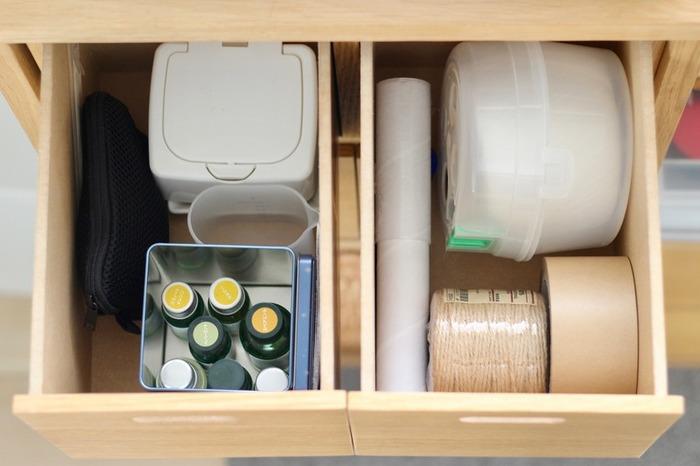 リビングの引き出しには何どこにあるのか、家族のだれもが認識できるようにするのが鉄則です。そうすれば「あれどこ?」と聞かれたり、探し回ったりする必要もありません。たとえば梱包用品のガムテープやひも、ハサミなど、いっしょに使うものはまとめて同じ場所や、使う場所の近くにしまう、というように工夫します。