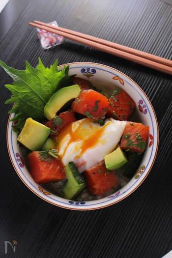 """和食の丼ものにポーチドエッグを添えるのもおすすめ。こちらのレシピでは、麺つゆにつけるだけの""""簡単漬けサーモン""""で作る丼ぶりに合わせています。白ゴマをひねってふりかけたり、漬けダレを少し回しかけたりして好みの味に仕上げて。"""