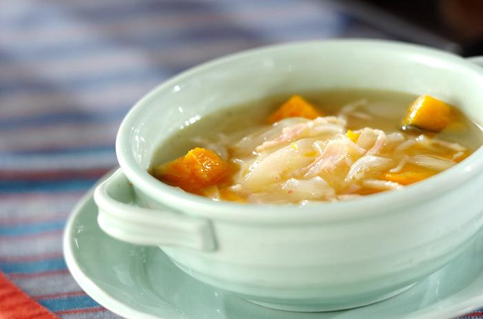 野菜スープにポーチドエッグを入れると満足度もアップして◎。こちらのレシピではたっぷりのカボチャに玉ねぎ・ベーコンを加えたスープにポーチドエッグを合わせています。食欲がない日の朝食や遅い時間の夕食としても良さそう。