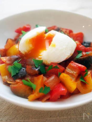ラタトゥイユは、ポーチドエッグの黄身をくずしてからめて食べると、野菜がよりまろやかに味わえます。
