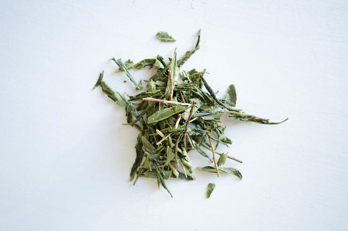 「有機秋番茶 青柳」は、6月~10月まで太陽の光をたっぷり浴びて成長した秋番茶を収穫し、緑茶に製茶したもの。番茶特有の刺激がなく、すっきりとした爽やかな香りと味わいで、子供にも飲みやすい緑茶です。  夏は冷蔵庫で冷やして飲むのがおすすめ。有機肥料で育てられたミネラルたっぷりのお茶をぜひおもてなしに。