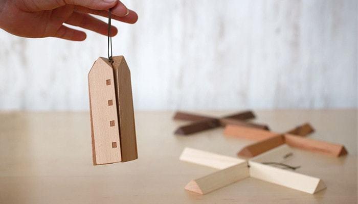 """一見、お家の形をした木のオブジェやおもちゃのように見えますが、こちらは「""""たのしい""""と暮らそう」をコンセプトに、ふだん使いできるデザインプロダクトを展開するブランド「スナオラボ」の木の鍋敷きです。"""