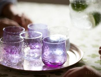 こちらは「フルッタ」。ぽってりと丸いフォルムに可愛らしい果物柄が施されています。こちらも大人気のグラス。光やドリンクが入るととても素敵ですよ。色はクリアの他、レモンやグリーン、アメジストがあります。心から自慢してだせるとっておきのグラスです。