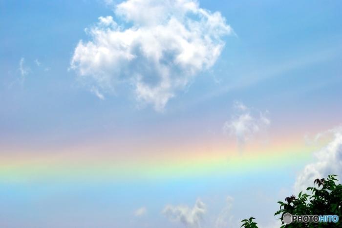 彩雲と環水平アークの違いは、彩雲は虹が1ヵ所に固まっているように見えるのに対し、環水平アークは一直線に空を横切るように伸びています。