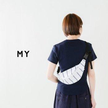 「MY」のウエストポーチは、春夏のコーデに爽やかさをプラスしてくれるストライプ柄。斜め掛けしたりウエストに着用したり、お好みの位置で背負う事ができるのがウエストポーチの使い勝手の良さです。